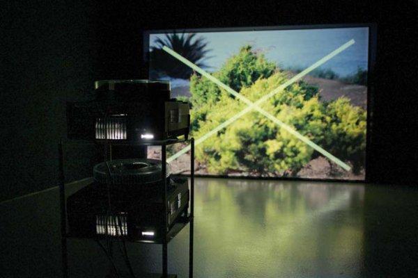 Vratké kino, 2011, stereo diaprojekce, dynamicky programovaná asynchronní smyčka, pohled do instalace, DOX, Praha