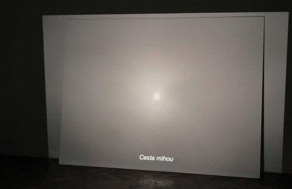 Blackout/stereo, 2008–2011, stereo diaprojekce, 2 karusely, asynchronní nekonečná smyčka, pohled do instalace, Galerie U Dobrého pastýře, Brno